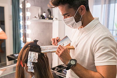 Man and woman in hairdressing, Moguer, Huelva, Spain - p300m2286218 von Julio Rodriguez