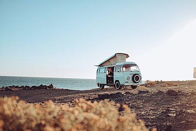 Urlaub mit dem Bus am Meer - p713m2215878 von Florian Kresse