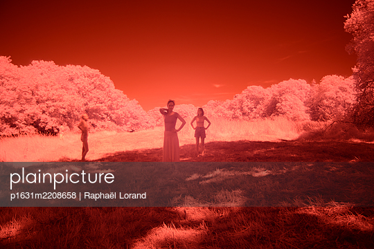 Three people in a red meadow - p1631m2208658 by Raphaël Lorand