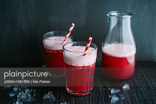 Drink: Switchel, drink with ginger, apple vinegar, coconut water, cranberry juice, lemon, cruched ice, honey - p300m1581556 von Ina Peters