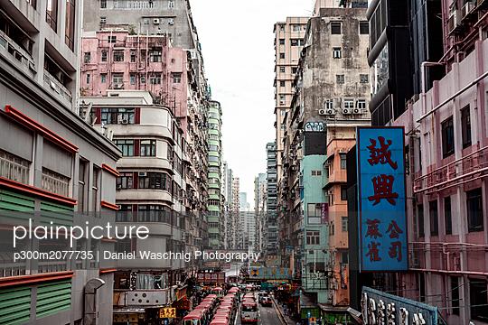 Hong Kong, Mong Kok, Goldfish Street, street canyon - p300m2077735 by Daniel Waschnig Photography