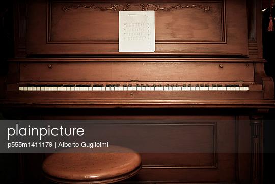 Empty piano with sheet music - p555m1411179 by Alberto Guglielmi