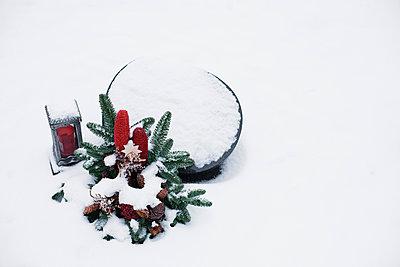 Schneebedecktes Grab - p1006m891460 von Danel