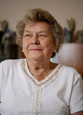 Ältere Frau - p1158m966396 von Patricia Niven