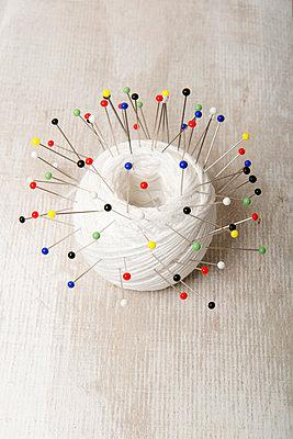 Garn mit vielen Stecknadeln - p451m1550543 von Anja Weber-Decker