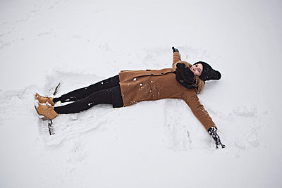 Lying in the snow - p586m766927 by Kniel Synnatzschke