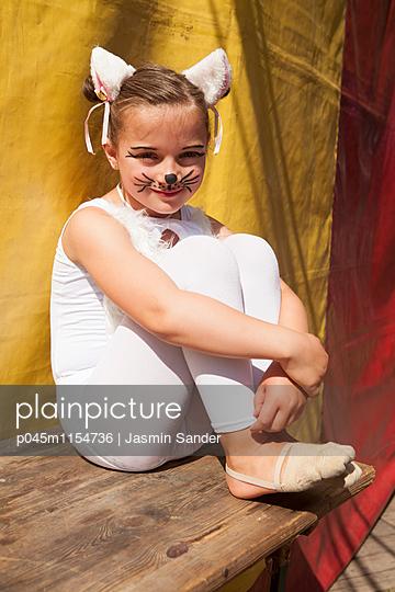 Kleine Artistin wartet auf Auftritt - p045m1154736 von Jasmin Sander