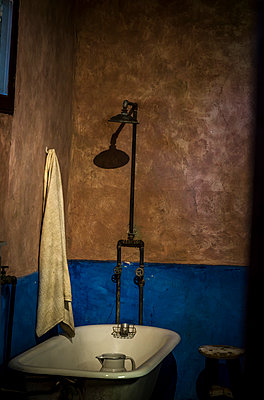 Old bathroom - p1170m1573336 by Bjanka Kadic
