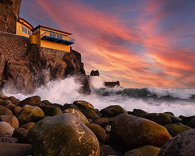 Brandung an der Felsküste bei Sonnenaufgang, Madeira - p1549m2245187 von Sam Green