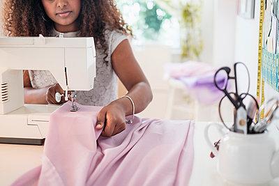 Black woman using sewing machine - p555m1306213 by JGI/Tom Grill