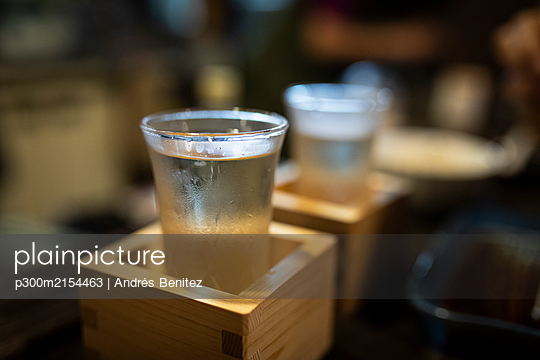 Japan, Takayama, Sake served in masu in traditional Japanese restaurant - p300m2154463 by Andrés Benitez