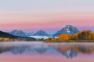 USA, Wyoming, Rocky Mountains, Teton Range, Grand Teton National Park, Snake River, Oxbow Bend, Mount Moran, Indian Summer, twilight - p300m1228710 by Fotofeeling