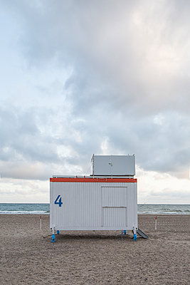 Germany, Mecklenburg-Western Pomerania, Warnemuende, Baltic Sea, Lifeguard's Cabin at beach - p300m2219157 by Anke Scheibe