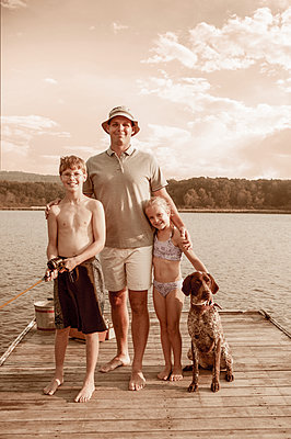 Caucasian father, children and dog smiling together - p555m1454171 by Jon Feingersh