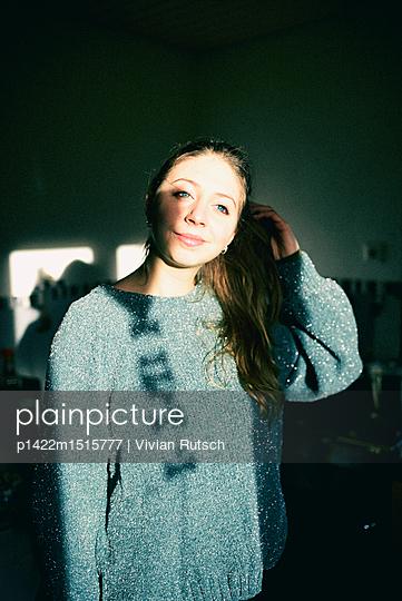 Junge Frau im Sonnenlicht - p1422m1515777 von Vivian Rutsch