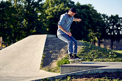 Skateboarder grinding on box in skatepark, Montreal, Quebec, Canada, 2018 - p1362m2024421 by Charles Knox