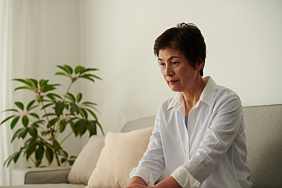 Japanese senior woman on the sofa - p307m2023372 by Yosuke Tanaka