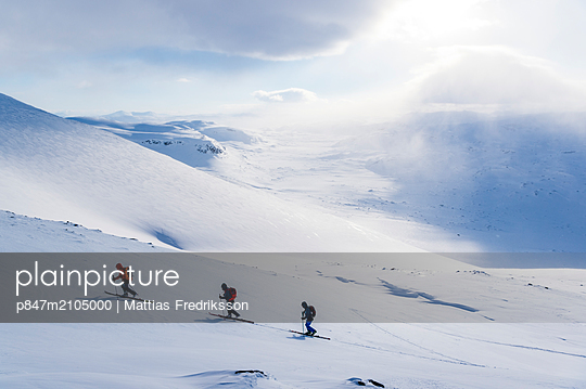Ski touring in Abisko, Swedish Lapland. - p847m2105000 by Mattias Fredriksson