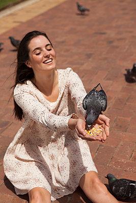 Eine Taube auf der Hand - p045m1355238 von Jasmin Sander