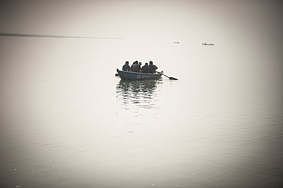 People sharing a small boat - p1007m1144390 by Tilby Vattard