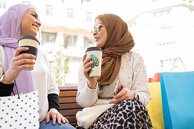 two modern arab women, shopping in the city Madrid / Spain - p300m2277184 von Jose Carlos Ichiro