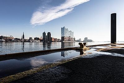 Hamburger Hafenskyline - p710m2065163 von JH