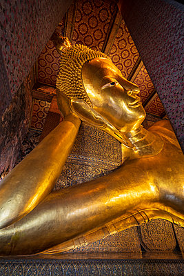 Reclining golden Buddha in Wat Phra Chetuphon (Wat Pho) temple, Bangkok, Thailand, Southeast Asia, Asia - p871m2178342 by Toms Auzins