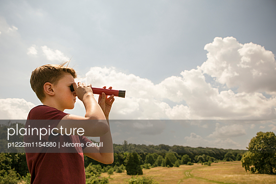 Kind mit Fernrohr an der alten Bult - p1222m1154580 von Jérome Gerull