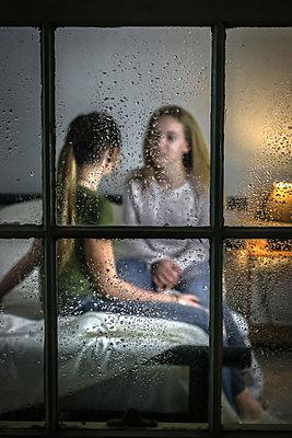 Zwei weibliche Teenager im Gespräch - p1019m2056884 von Stephen Carroll