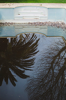 Deserted pool - p1150m2164084 by Elise Ortiou Campion