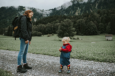 Austria, Vorarlberg, Mellau, mother and toddler on a trip in the mountains - p300m2029170 by Frederik Franz