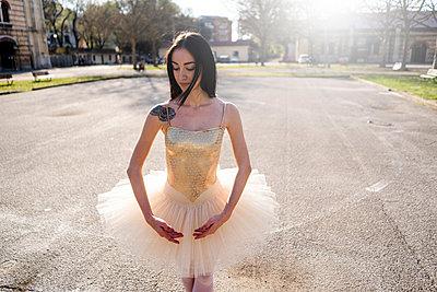 Italy, Verona, portrait of Ballerina in the city - p300m2103652 by Giorgio Fochesato