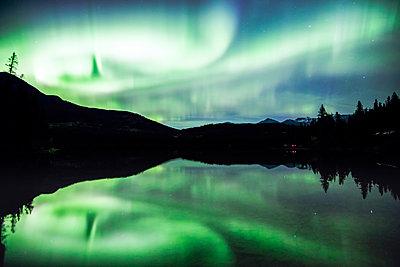 Northern lights (Aurora Borealis), Jasper National Park, Alberta, Canada - p651m2033370 by Matteo Colombo photography
