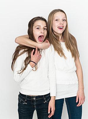 Zwei Teenager albern herum - p869m1109718 von Dombrowski