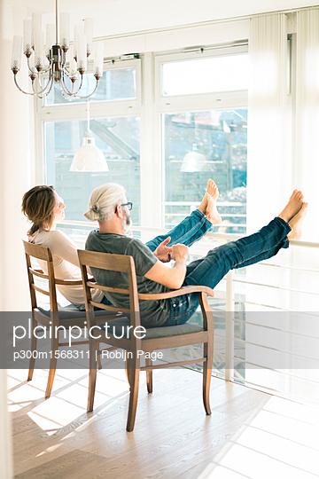 plainpicture - plainpicture p300m1568311 - Relaxed mature couple sitti... - plainpicture/Westend61/Robijn Page