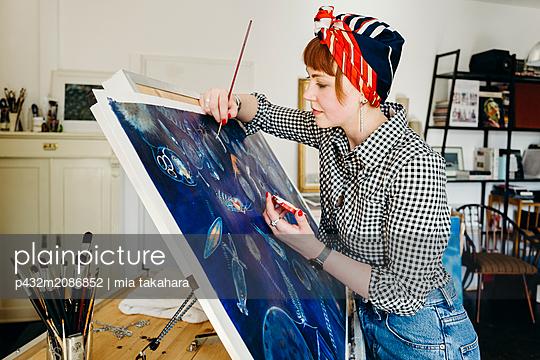 Künstlerin arbeitet am Bild - p432m2086852 von mia takahara