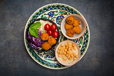 Couscous sweet potato falafel bowl with red cabbage, tomato, mint and hummus - p300m1580707 von Larissa Veronesi