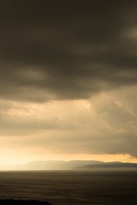 Dunkle Wolken - p383m1333327 von visual2020vision
