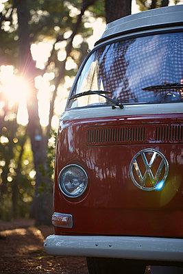 roter Campingbus - p464m1015110 von Elektrons 08