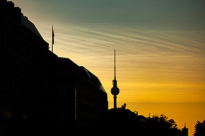 Silhouette of Fernsehturm Berlin at dusk - p623m2271901 by Pablo Camacho