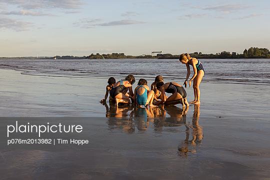 Kinder am Elbstrand - p076m2013982 von Tim Hoppe