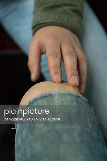 Fingerspitzen berühren nacktes Knie - p1422m1486719 von Vivian Rutsch