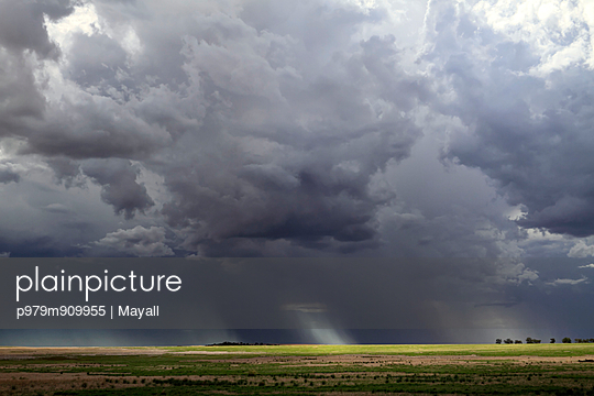 Storm over farmland - p979m909955 von Mayall