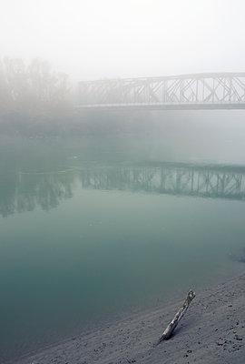 Brücke im Nebel - p1443m1503262 von SIMON SPITZNAGEL