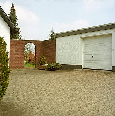Garageneinfahrt in Ostwestfalen - p154m668864 von Nele Heitmeyer