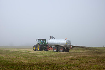 Spain, farmer spreading liquid manure on fields - p300m948850 by Albrecht Weisser