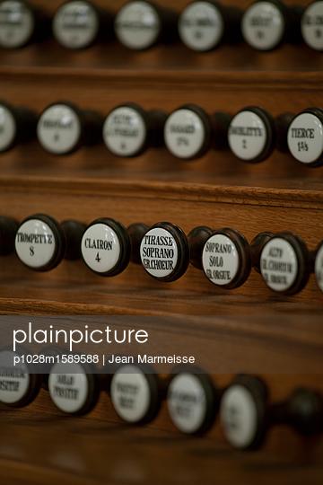Pipe organ stop knobs, Paris, France - p1028m1589588 von Jean Marmeisse