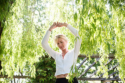 Frau beim Sport im Park - p1325m1445871 von Antje Solveig