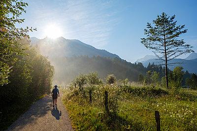 Germany, Bavaria, Werdenfelser Land, female hiker against the sun - p300m2081269 by Martin Siepmann
