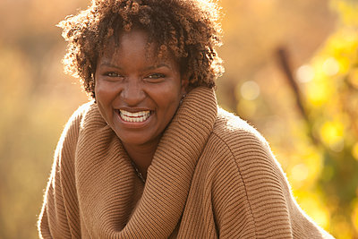 Grinning Black woman outdoors - p555m1478453 by John Fedele